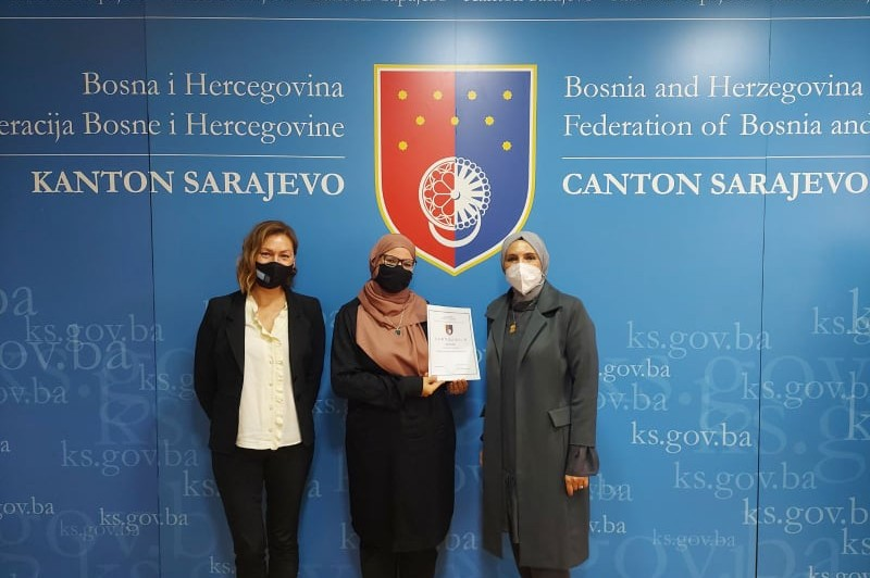 Teacher Adna Pandžo receives a certificate for contribution to Catalogue of Good Teaching Practices